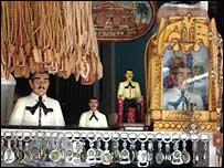 Estatuillas y objetos del culto a Malverde, santo de los narcos