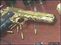 Revólver con incrustaciones en oro