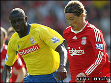 Seyi Olofinjana tracks Fernando Torres