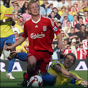 Kuyt goes down under the challenge of Richard Cresswell