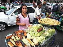 Vendedora de ma�z en la calle. (Foto: Rafael Estefan�a)