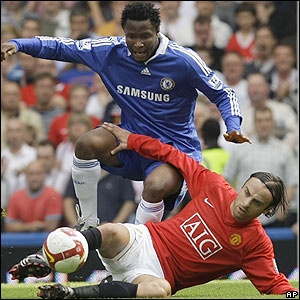 Berbatov and John Mikel Obi contest possession