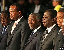 Thabo Mbeki with delegates and African leaders at signing of Zimbabwe power-sharing deal