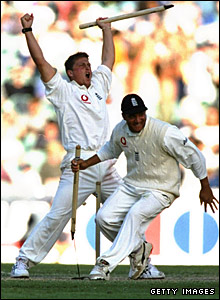 Darren Gough grabs a stump, along with Mark Butcher, as England win the fourth Test in Melbourne