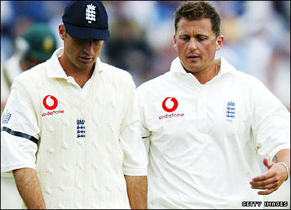 Darren Gough has a mini-conference with England captain Nasser Hussain