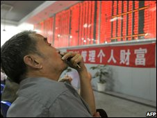 Chinese investor looks at the shares index in Chengdu on 22/09/08