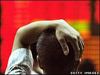 Hombre observa caída de acciones en bolsa