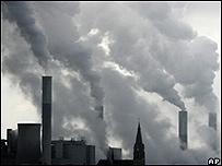 Chimeneas de fábricas expulsando humo