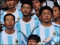 Aficionados chinos apoyando a Argentina
