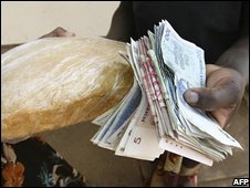 A Zimbabwean buying bread in Harare, 21 September 2008