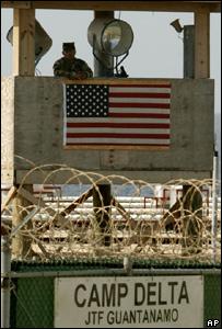Soldado custodia la prisión en la base de Guantánamo