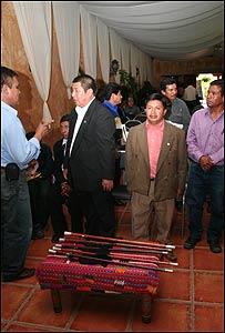 Miembros del Consejo del Pueblo Maya, con sus bastones de maderas nobles encastados en plata