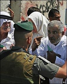 Israeli policeman prevents Palestinians from reaching Jerusalem