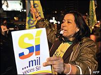 Una mujer ecuatoriana se manifiesta en apoyo al presidente Correa y la nueva Constitución