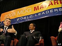 El primer ministro británico, Gordon Brown (iz.) y el presidente de Tanzania, Jakaya Kikwete, en la Cumbre de la Malaria