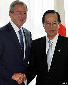 Former Japanese Prime Minister Yasuo Fukuda (R) shakes hands with US President George W. Bush (L) (Photo:STR/AFP/Getty Images)