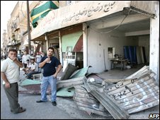 Men inspect the damage on buildings at the scene of the blast in Damascus (27/09/08)