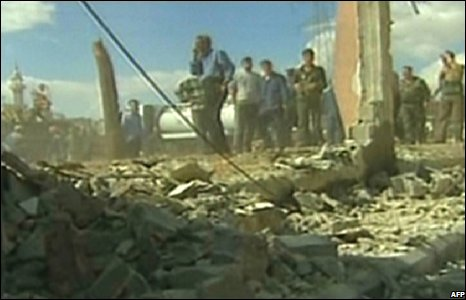 People inspect the site of a car bomb in Damascus, Syria (27/09/2008)