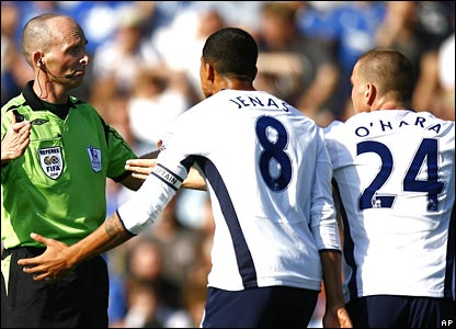Referee Mike Dean, Tottenham Hotspur's Jermaine Jenas and Jamie O'Hara