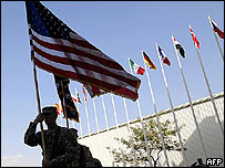 Soldado de Estados Unidos alza bandera en Afganistán en el aniversario de los ataque del 11 de septiembre.