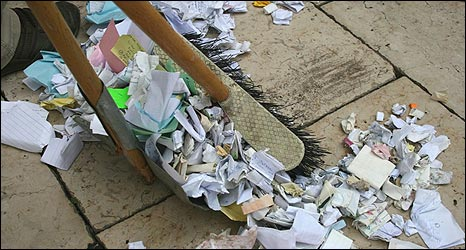 Clearing up notes pressed into Western Wall