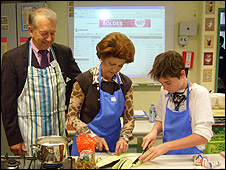 European Health Commissioner Androulla Vassiliou (centre) and President of World Heart Federation, Prof Pekka Puska, help children with recipes