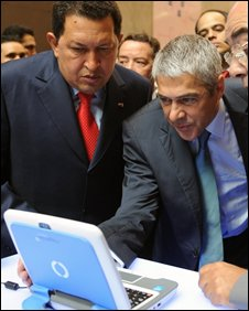 Hugo Chavez and Jose Socrates with Magellan notebook, AFP/Getty