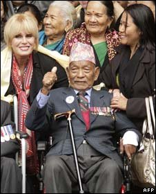 Joanna Lumley beside a retired Gurkha