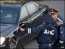 Moscow police next to car with body of Ruslan Yamadayev, 24 Sep 08