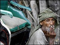 Индийский рикша с сигаретой