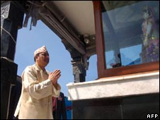 Nepal's ousted king, Gyanendra, visits a temple in Bhaktapur, near Kathmandu (2 October 2008)