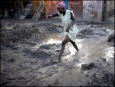 A woman picks her way through the mud in Gonaives, Haiti - 20/09/2008