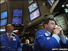 Traders on the New York Stock Exchange watch the vote on the bill (03/10/2008)