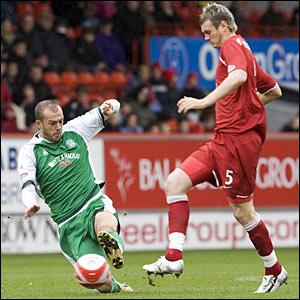 Hibs striker Steven Fletcher (left) battles for the ball with defender Zander Diamond