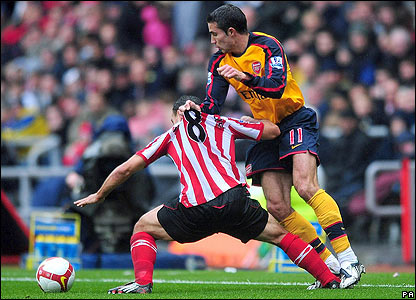 Arsenal's Robin van Persie tussles with Steed Malbranque