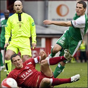 Hibs midfielder John Rankin (right) shoots at goal