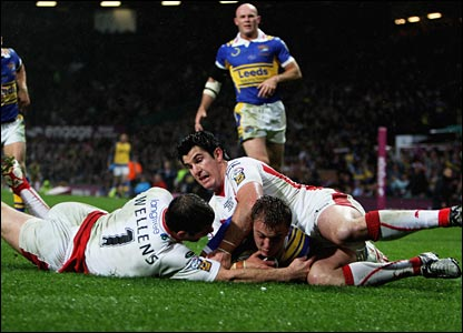 Lee Smith dives over for Leeds
