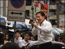 Mayoral candidate Chuwit Kamolvisit campaigns in Bangkok (Sept 2008)