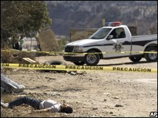 A police car close to the body of a murder victim in Tijuana, Mexico (04/10/2008)