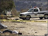 Una camioneta de la policía cerca de uno de los cuerpos ejecutados, el 4 de octubre