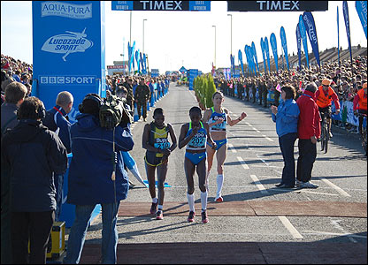 Ethiopia's Gete Wami claims a thrilling victory in the women's elite race from Magdelane Mukunzi and Britain's Jo Pavey