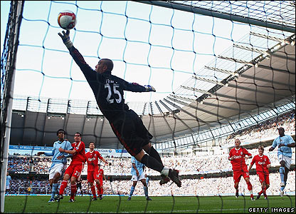 Pepe Reina can't reach Javier Garrido's free-kick