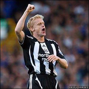 Damien Duff celebrates after scoring the equaliser for Newcastle