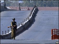 Indian soldier enforcing Srinagar curfew