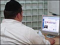 Правоверный еврей у компьютера