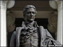 Una estatua de Alexander Hamilton se encuentra frente al Tesoro de EE.UU.