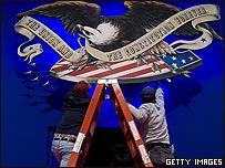 Trabajadores ponen los últimos toques en el escenario del debate en Nashville