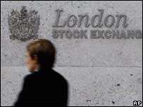 Hombre frente a la bolsa de Londres