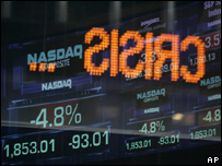 Información del índice Dow Jones reflejada en una ventana del edificio de Nasdaq en Nueva York