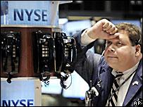 Un corredor se muestra decepcionado en la Bolsa de Nueva York